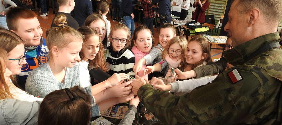 Zainteresowanie zawodem żołnierza widać nawet wśród uczniów - DzieńZawodoznawczy w Mrocznie