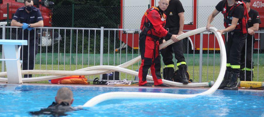 Ćwiczenia z ratownictwa wodnego na basenie miejskim w Bartoszycach