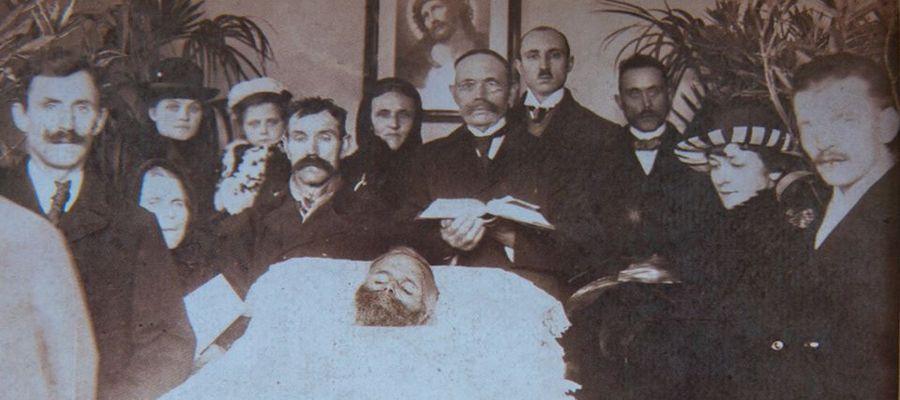 Bogumił Linka (1865-1920) na łożu śmierci. Linka pochodził ze wsi Wawrochy koło Szczytna. Był członkiem delegacji mazurskiej do Paryża w 1919 roku. Domagał się tam przyłączenia Mazur do Polski bez plebiscytu. Pobity w Szczytnie przez Niemców w czasie pols