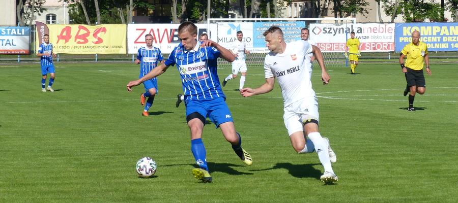 Dawid Ksiuk (Jeziorak Iława) blokuje piłkę przed Antonem Kołosowem, zdobywcą dwóch bramek dla Concordii