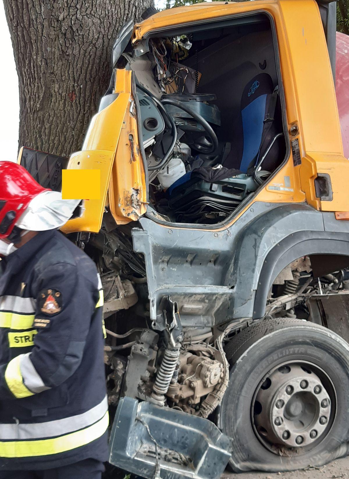 Samochód ciężarowy uderzył w drzewo