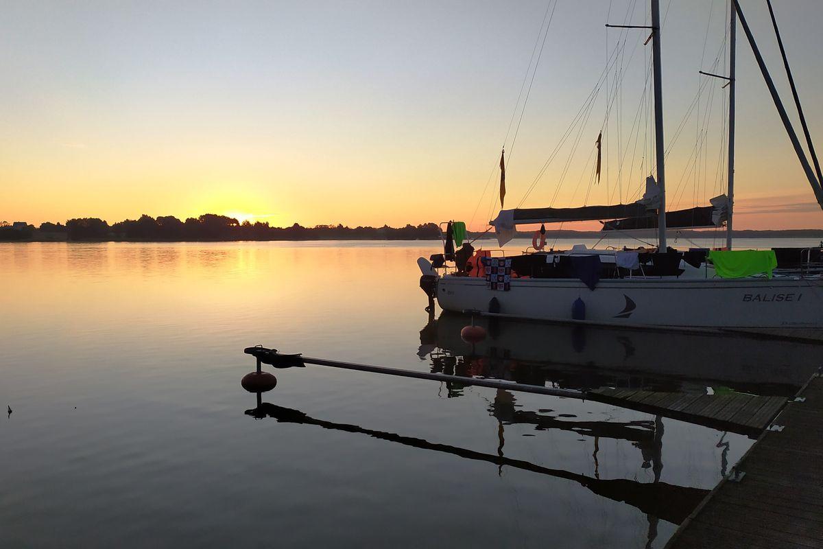 Wschód słońca nad jeziorem Płaskim