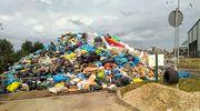 Góra śmieci piętrząca się przed halą ZGOK.