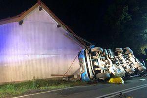 Zablokowana DK 58. Ciężarówka przewróciła się i uderzyła w budynek [AKTUALIZACJA, ZDJĘCIA]