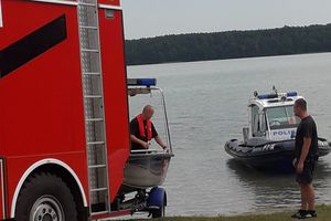 28-latek wypadł z łódki na jeziorze Łańskim. Wciąż trwa akcja poszukiwawcza