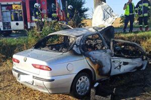 Alfa romeo uderzyła w drzewo i zapaliła się, nieprzytomny kierowca trafił do szpitala