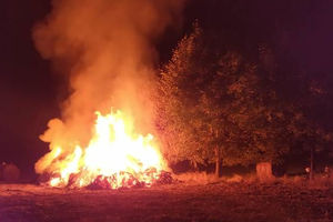 Pod Tułodziadem ponad 20 strażaków gasiło pożar balotów słomy