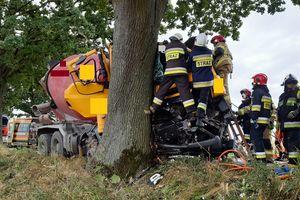 Samochód ciężarowy uderzył w drzewo w Piotrowicach