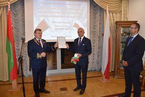 Jan Szynaka z pieczęcią konsularną Białorusi