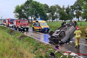 Strażacy uwalniali kierowcę z samochodu, który dachował pod Lipowem