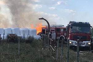 Baloty słomy płonęły niedaleko zabudowań gospodarczych w Saminie