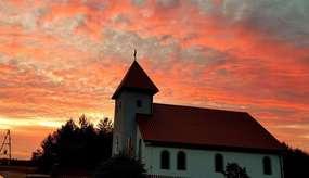 Kościół w Gałajnach o zachodzie słońca.