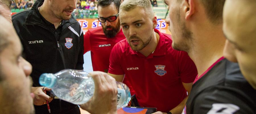 Dawid Grubalski (w środku, czerwona koszulka) zdradza w rozmowie szczegóły i założenia fuzji Constractu Lubawa z Liderem Złotowo