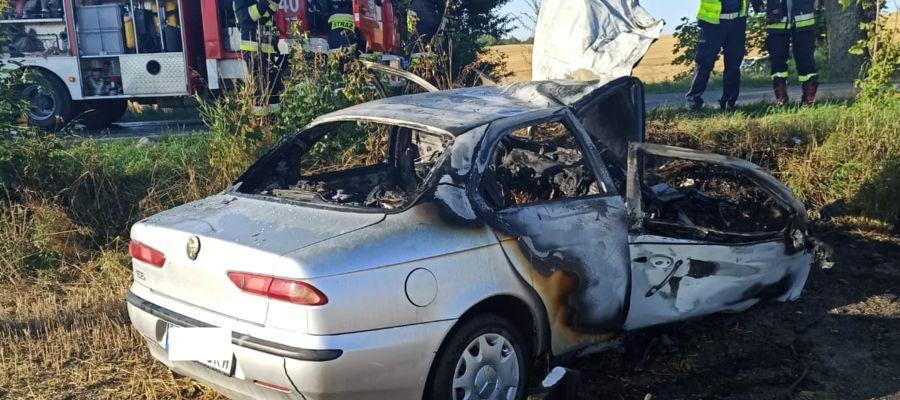 Alfa romeo kierowana przez młodego mężczyznę uderzyła w drzewo i zapaliła się
