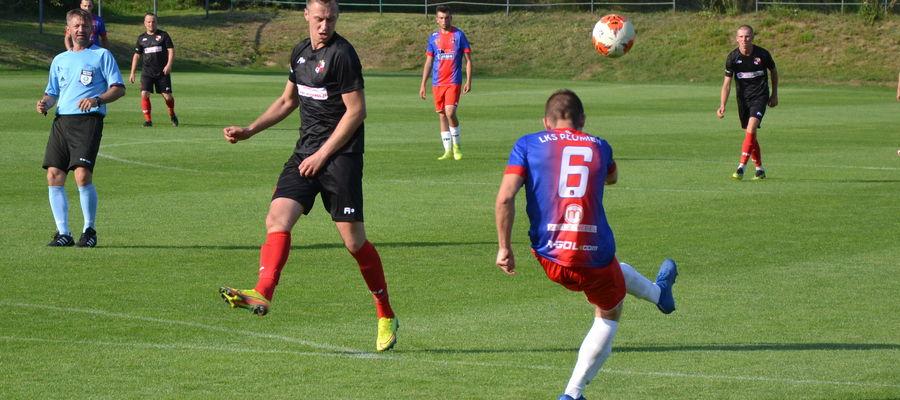 Na boisku w Zwierzewie gospodarze (czarne stroje) wygrali 3:0 z Płomieniem Turznica