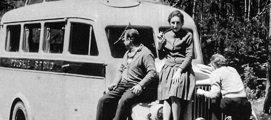Lata 1960-1970, jedna z późniejszych działaczek Solidarności Maryna Okęcka-Bromkowa na trasie w poszukiwania warmińskiego i mazurskiego folkloru