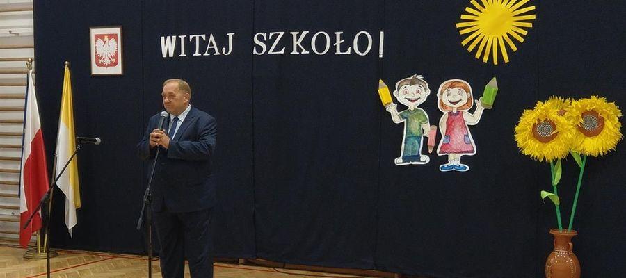 Zdjęcie z ubiegłorocznego rozpoczęcia roku szkolnego 2019/2020 w Zespole Szkolno - Przedszkolnym w Waplewie