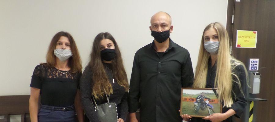 Iwona i Zbigniew Ostaszewscy z córkami Olą i Natalią wczoraj przed salą rozpraw