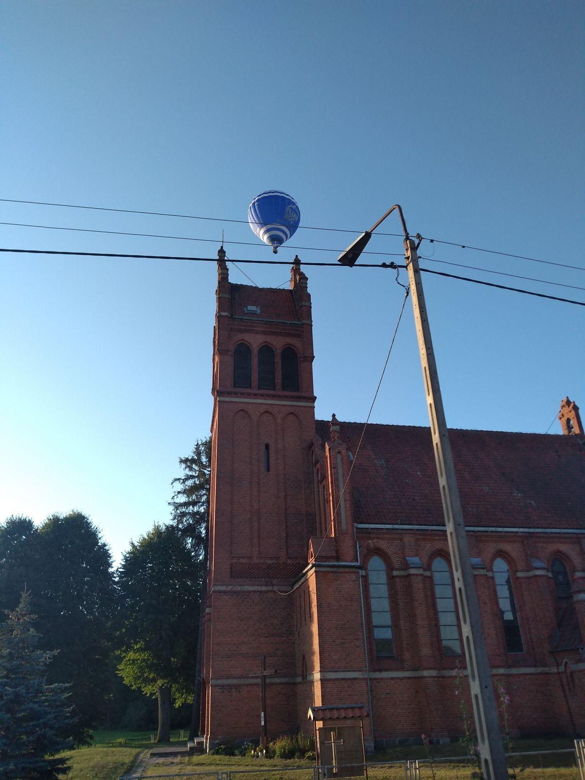 Balon nad kościołem w Giławach