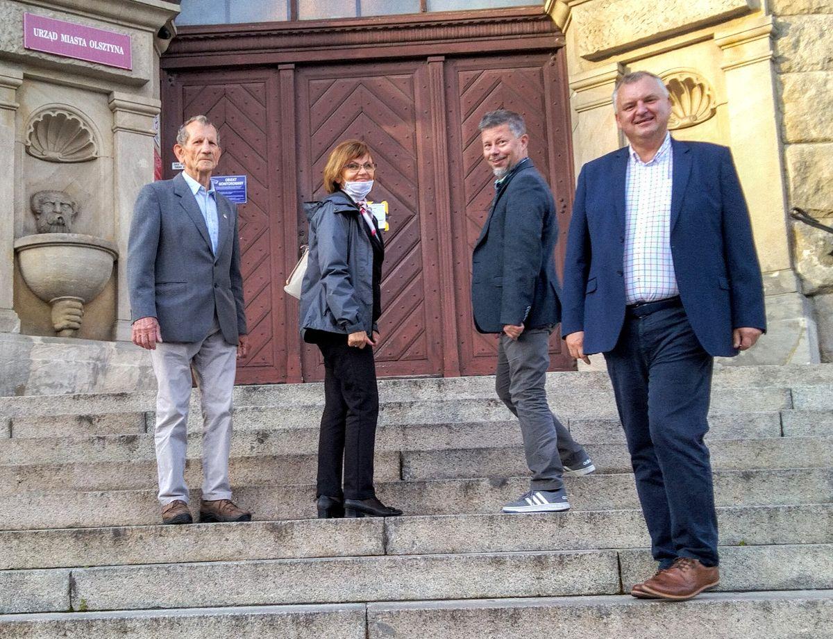 Przedstawiciele stowarzyszeń starających się o zmianę nazwy ulicy Obiegowej na Bohaterów Bitwy Warszawskiej 1920 roku przed spotkaniem z prezydentem Olsztyna Piotrem Grzymowiczem.