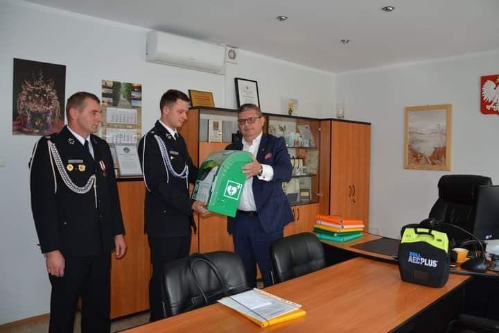 Moment przekazania defibraylatora AED strażakom OSp w Wojciechach.