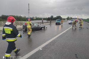 Samochód osobowy uderzył w barierki na S7