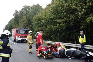 Skuter uderzył w tył auta. Motocyklista w szpitalu