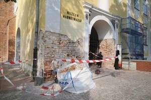 Trwa remont olsztyńskiego zamku. Mur zaciągał wilgoć od spodu [ZDJĘCIA]