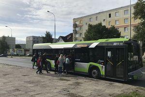 Więcej dzieci w autobusach, ale wciąż mniej miejsc