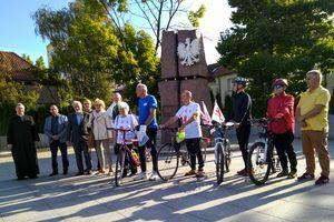 Pojechali rowerami na grób księdza Popiełuszki