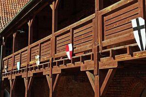Tarcze podarowane przez rycerzy zawisły na zamkowym dziedzińcu