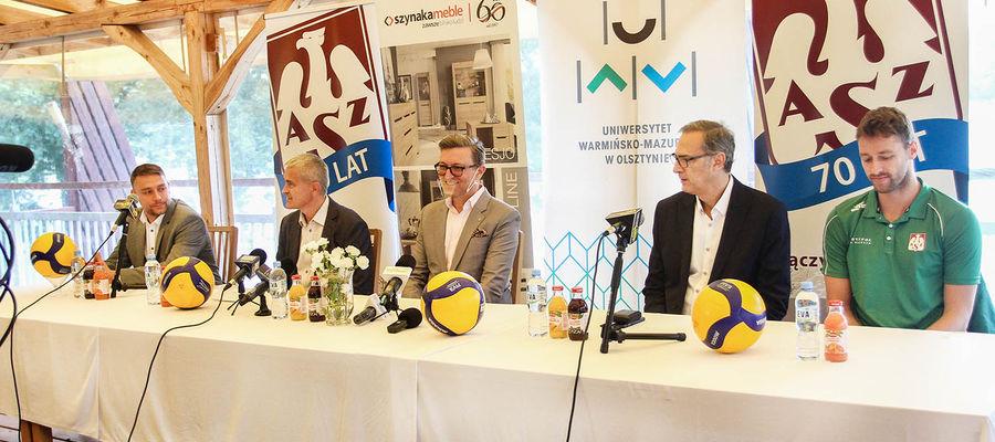 Michał Szynaka, prezes Tomasz Jankowski, prof. Jerzy Przyborowski, trener Daniel Castellani i kapitan zespołu Robbert Andringa podczas konferencji w Kortowie