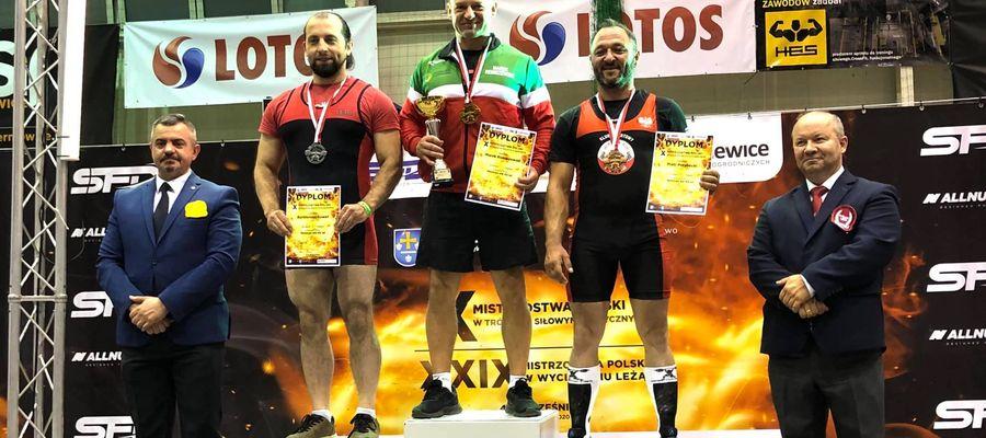 Marek Remiszewski (na podium w środku) został w Skierniewicach mistrzem Polski w trójboju siłowym