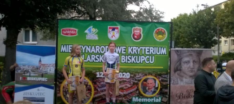 Na podium w Biskupcu. Z lewej strony Roksana Kowalska