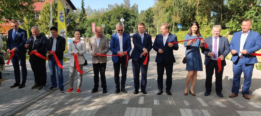 Poseł Jerzy Małecki (w środku) o zawieszeniu w prawach członka PiS dowiedział się od Gazety Olsztyńskiej zaraz po zakończeniu uroczystości w Giżycku, gdzie razem z wojewodą przecinał wstęgi przy otwarciu dróg budowanych z Funduszu Dróg Samorządowych