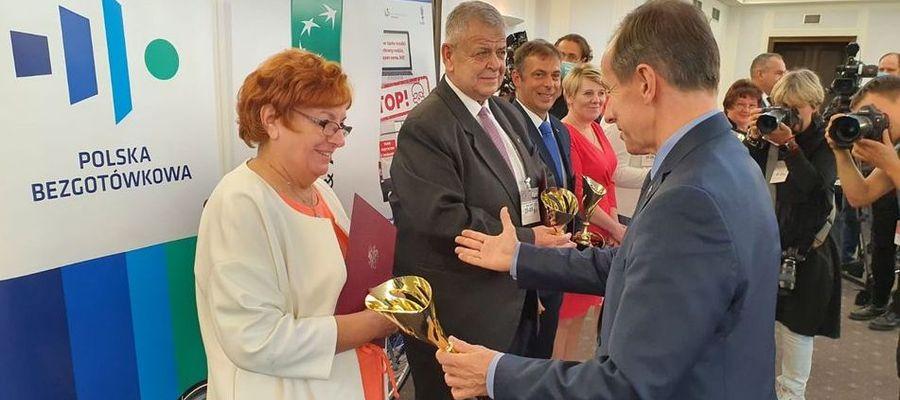 Łucja Rucińska odbiera statuetkę z rąk marszałka Senatu Tomasza Grodzkiego