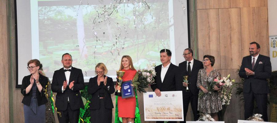 Małgorzata i Dariusz Pucerowie (w środku) odbierają nagrodę w konkursie AgroLiga
