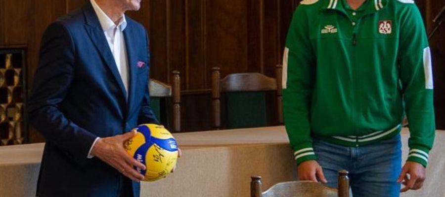 Kapitan Indykpolu AZS Robbert Andringa przekazał prezydentowi Olsztyna pamiątkową piłkę z autografami całego zespołu Fot. olsztyn.eu