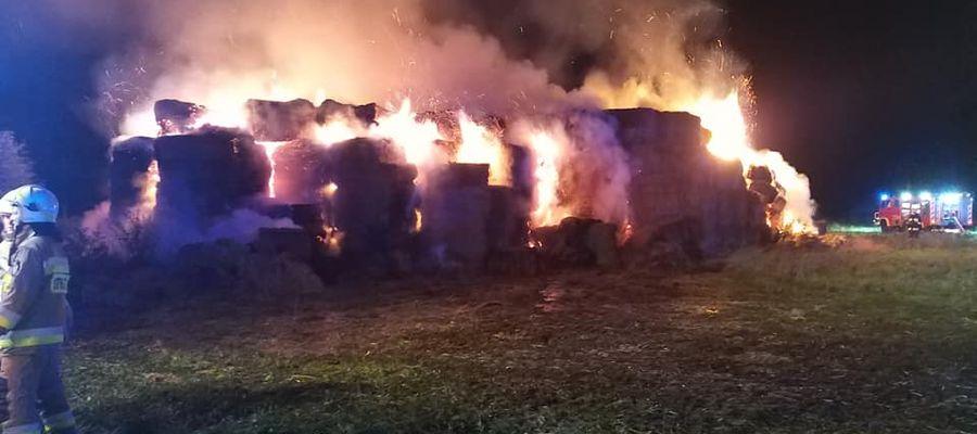 Pożar balotów słomy w Bałcynach gasiło 50 strażaków z PSP Ostróda i ochotniczych straży pożarnych