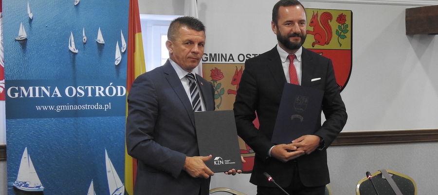 Wójt  Bogusław Fijas (z lewej) podpisał list intencyjny – porozumienie, z Krajowym Zasobem Nieruchomości reprezentowanym przez Jarosława Pucka – zastępcę prezesa KZN