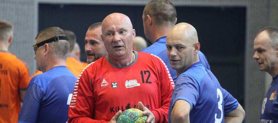 Ireneusz Łonczyński walczy o piłkę ręczną