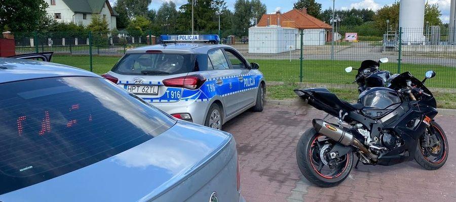 Policjanci zatrzymali motocykle na ul. Grunwaldzkiej w Piszu, blokując im drogę i uniemożliwiając dalszą niebezpieczną jazdę