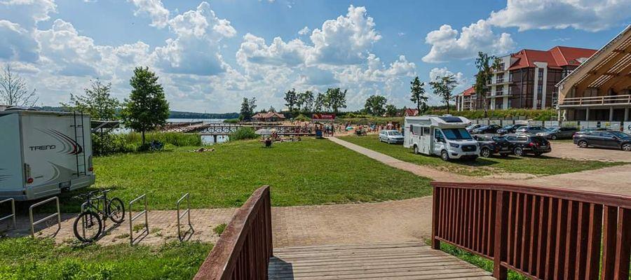 Ogrodzenie ma zabezpieczyć plażę przed wjazdem samochodów i kamperów - tak było na plaży tego lata