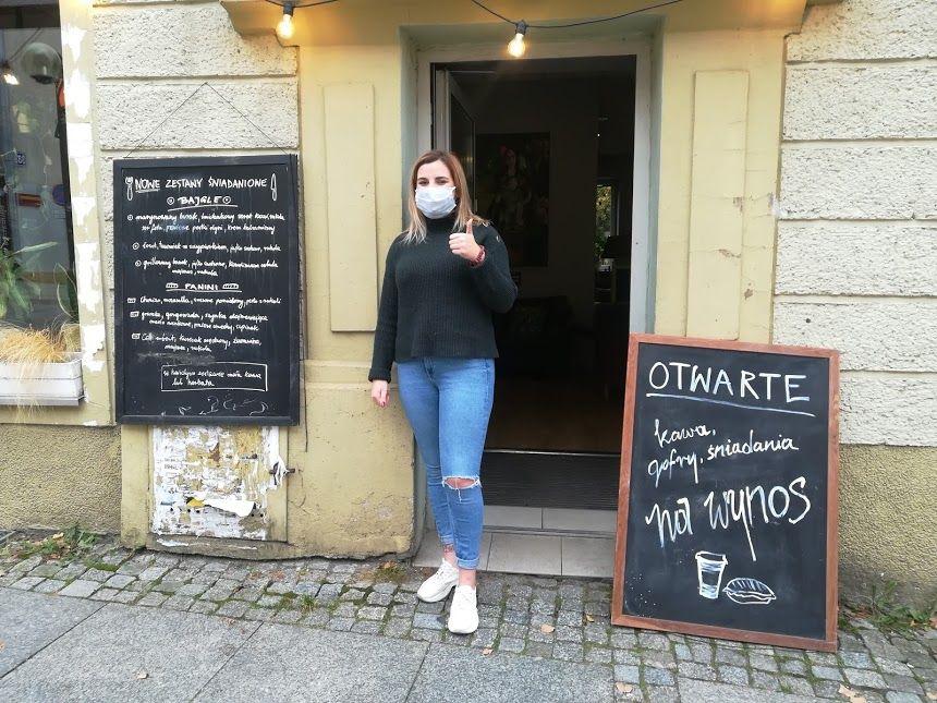 Gastronomia na olsztyńskiej Starówce walczy o życie. W Coffee Station można kupić wszystko na wynos. Pani Dorota wita gości w drzwiach lokalu.