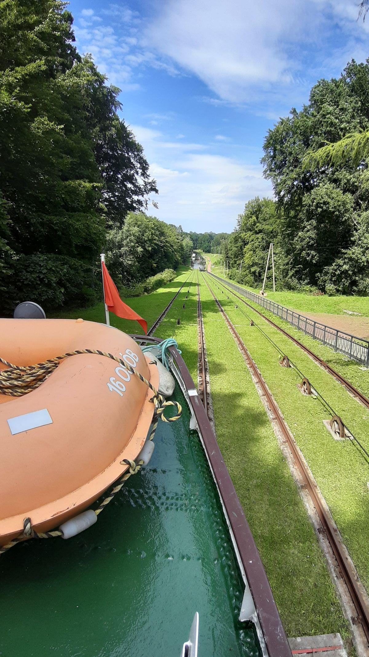 Kanał Elbląski: statkiem po trawie