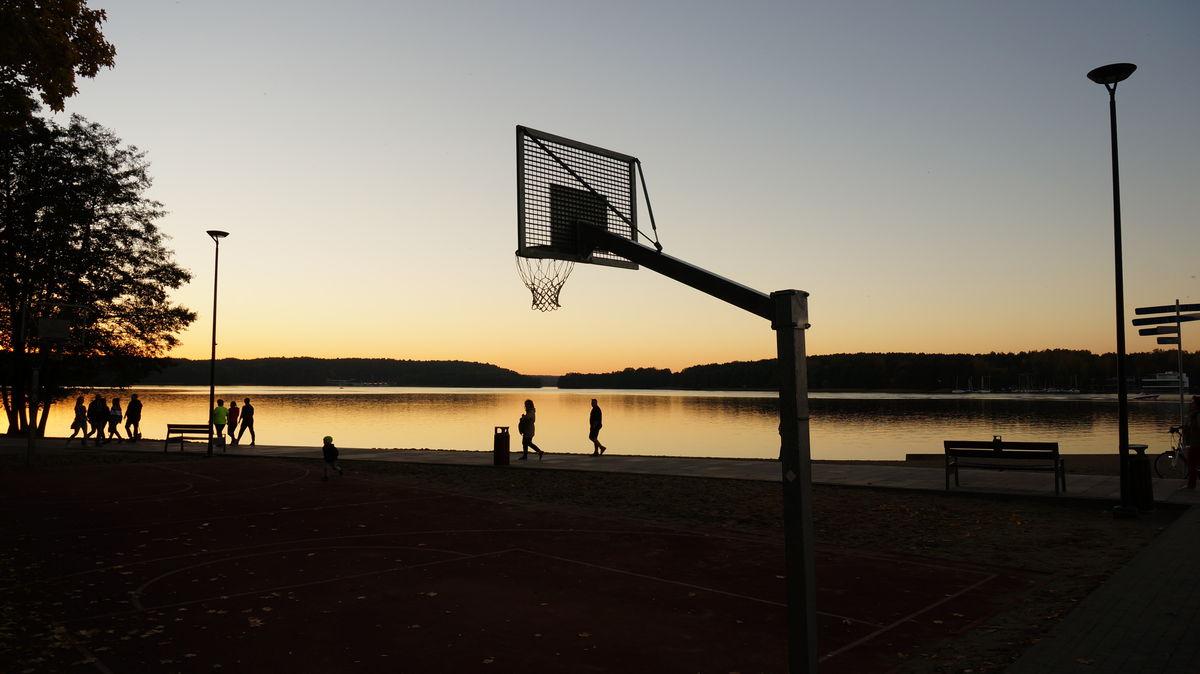 Olsztyn:  boisko do koszykówki na plaży miejskiej