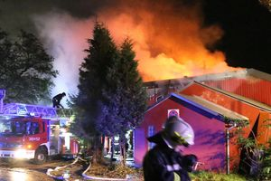 Pożar hali produkcyjnej przy ul. Wiosennej w Olsztynie [ZDJĘCIA, VIDEO]