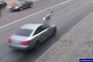 Kobieta wbiegła pod samochód, odrzuciło ją na kilka metrów. Cud, że nic jej się nie stało [WIDEO]