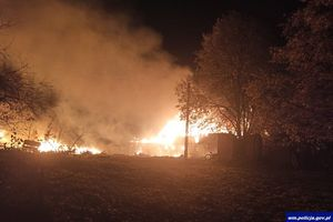 Pożar w gm. Olsztynek. Policjanci uratowali 84-letniego mężczyznę