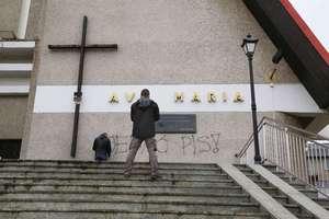 Wulgarny napis na murach olsztyńskiego kościoła [ZDJĘCIA]